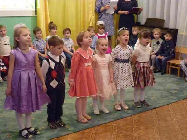 Дети поют песню мамам
